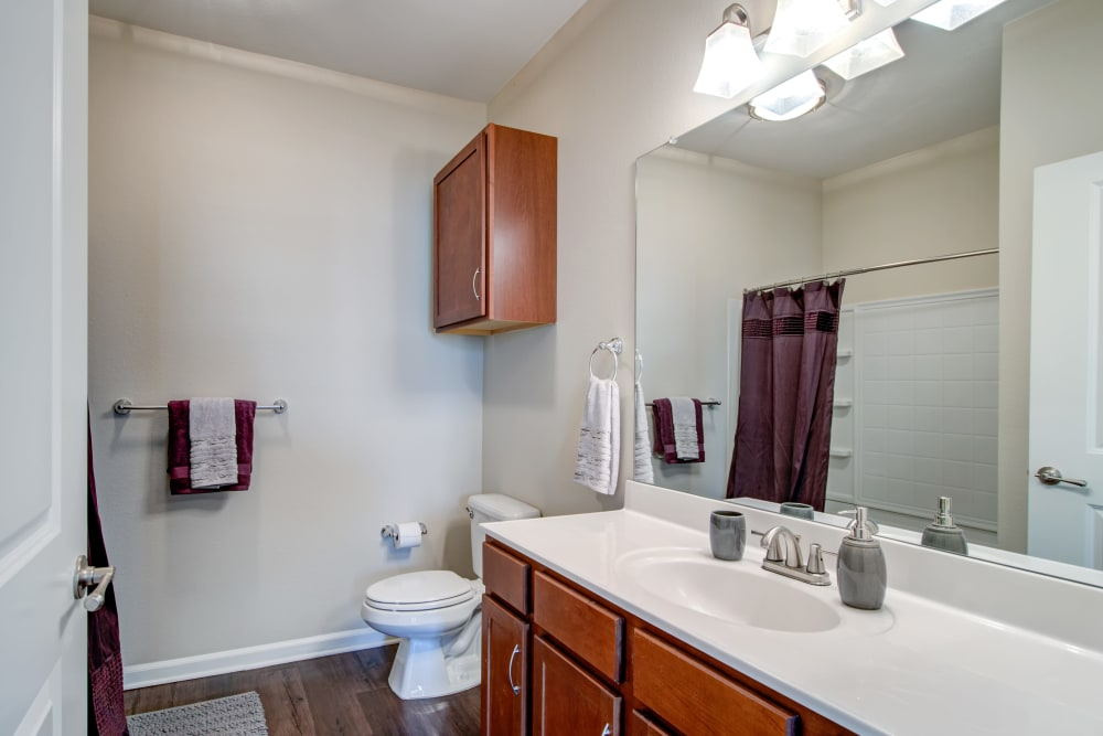Cantare at Indian Lake Village offers a beautiful bathroom in Hendersonville, Tennessee