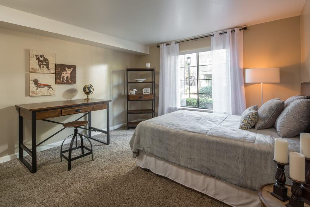 Master bedroom with plush carpeting at Hidden Lake Condominium Rentals in Sacramento, California