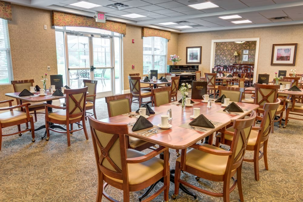 Community dining room at Symphony at Valley Farms in Louisville, Kentucky