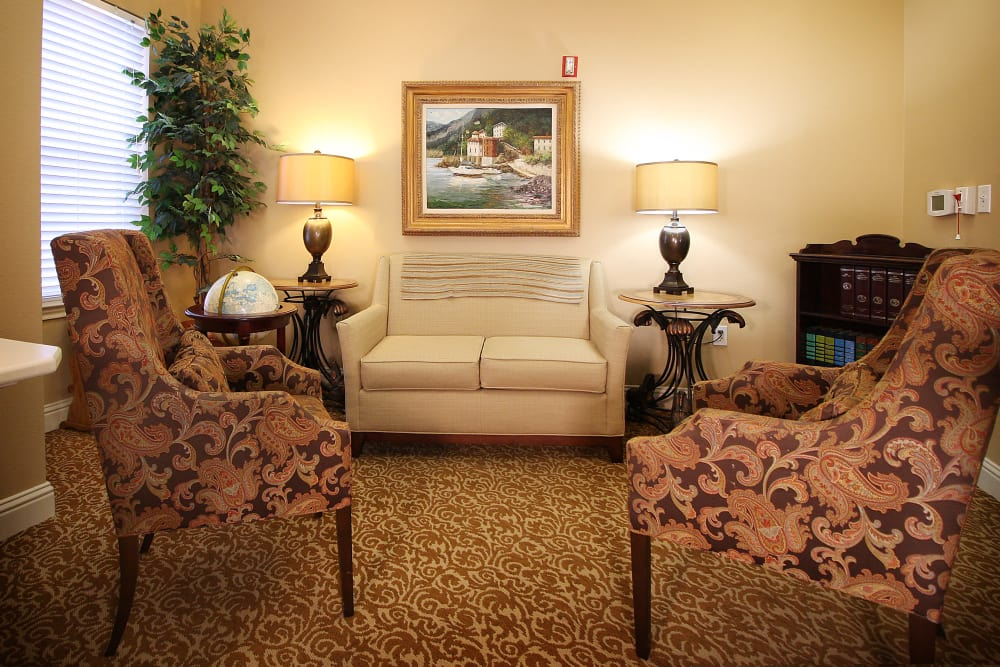 Living room with comfy couches at Reunion Court of The Woodlands in The Woodlands, Texas