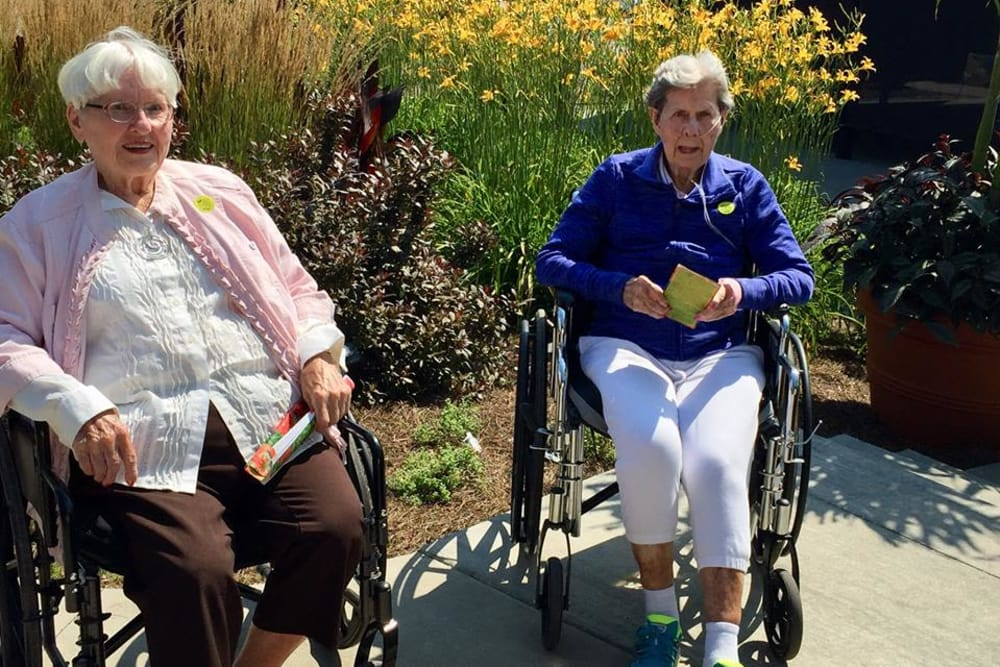 Ladies chatting outdoors at Glen Ridge Health Campus in Louisville, Kentucky