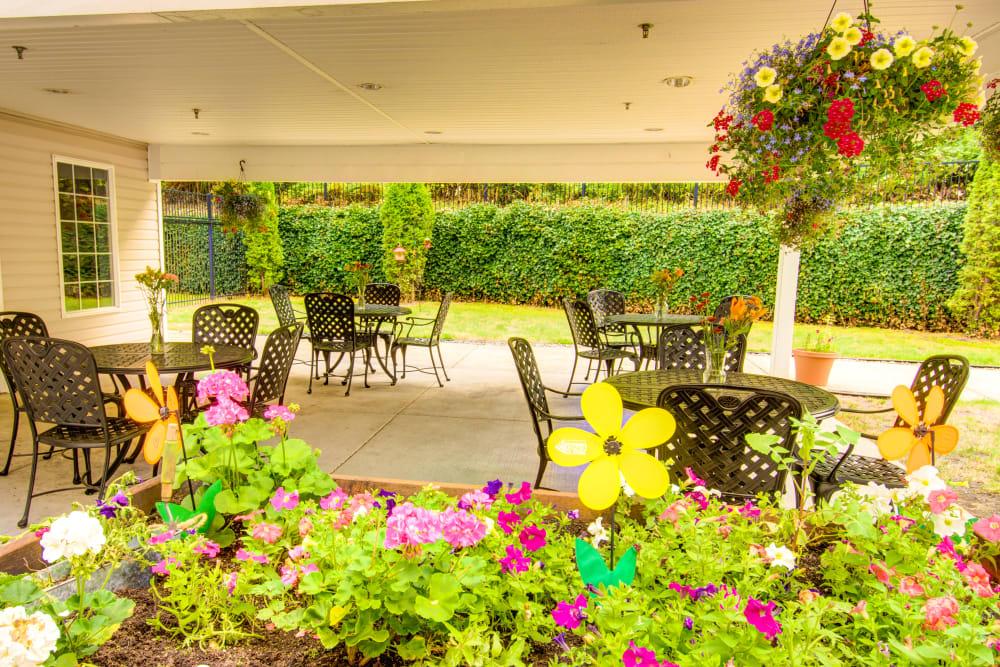 Cascade Valley Senior Living in Arlington patio