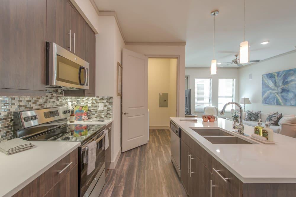 The Hamilton Apartments offers a modern kitchen in Houston, Texas