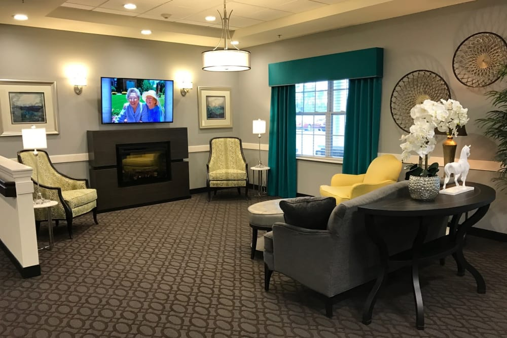 A cozy sitting area with a fireplace at The Lakes of Sylvania in Sylvania, Ohio