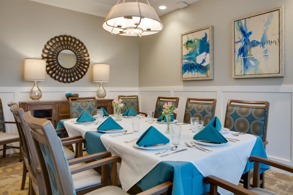 Group dining at Heritage Oaks Assisted Living and Memory Care