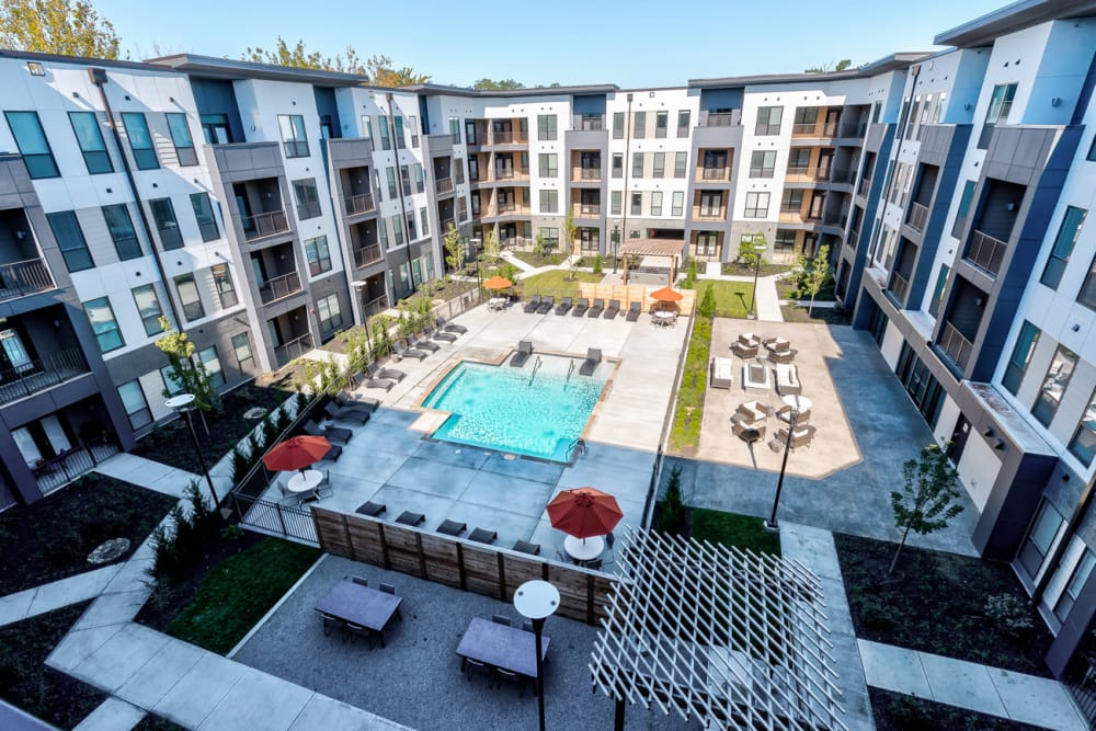 Ariel view of the courtyard and swimming pool at Echelon Luxury Apartments in Cincinnati, Ohio