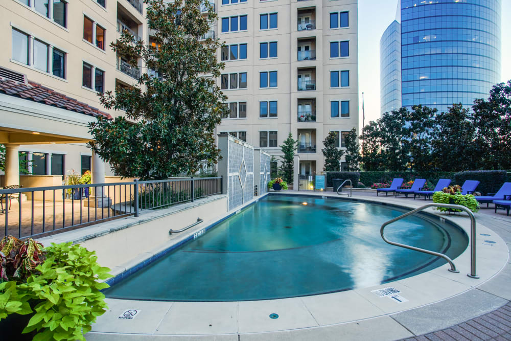 Swimming pool at Rienzi at Turtle Creek Apartments in Dallas, Texas