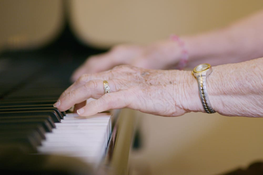 Resident playing the piano at Sweetbriar Villa in Springfield, Oregon