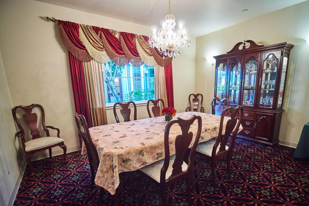 Dining room at Sweetbriar Villa in Springfield, Oregon