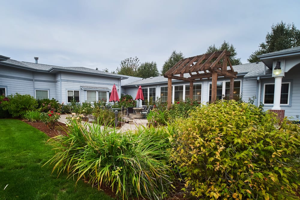 Beautiful landscaping at Sweetbriar Villa in Springfield, Oregon