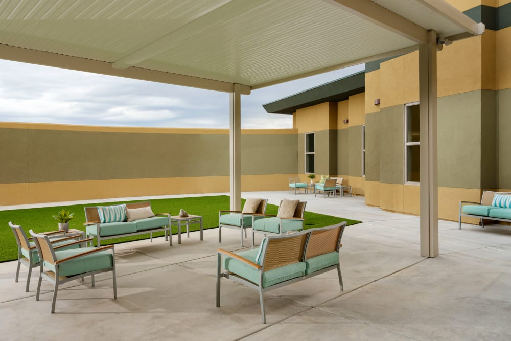 Outdoor seating at Avenir Behavioral Health Center in Surprise, Arizona