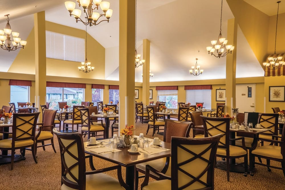 Large dining hall at Maple Ridge Senior Living in Ashland, Oregon