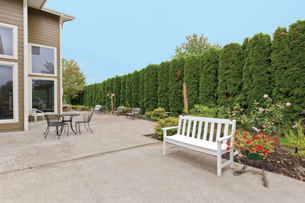 Outdoor bench at Heron Pointe Senior Living in Monmouth, Oregon