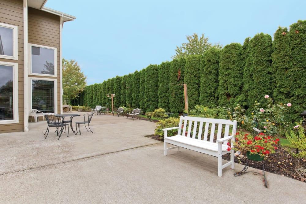 Outdoor bench at Heron Pointe Senior Living in Monmouth, Oregon