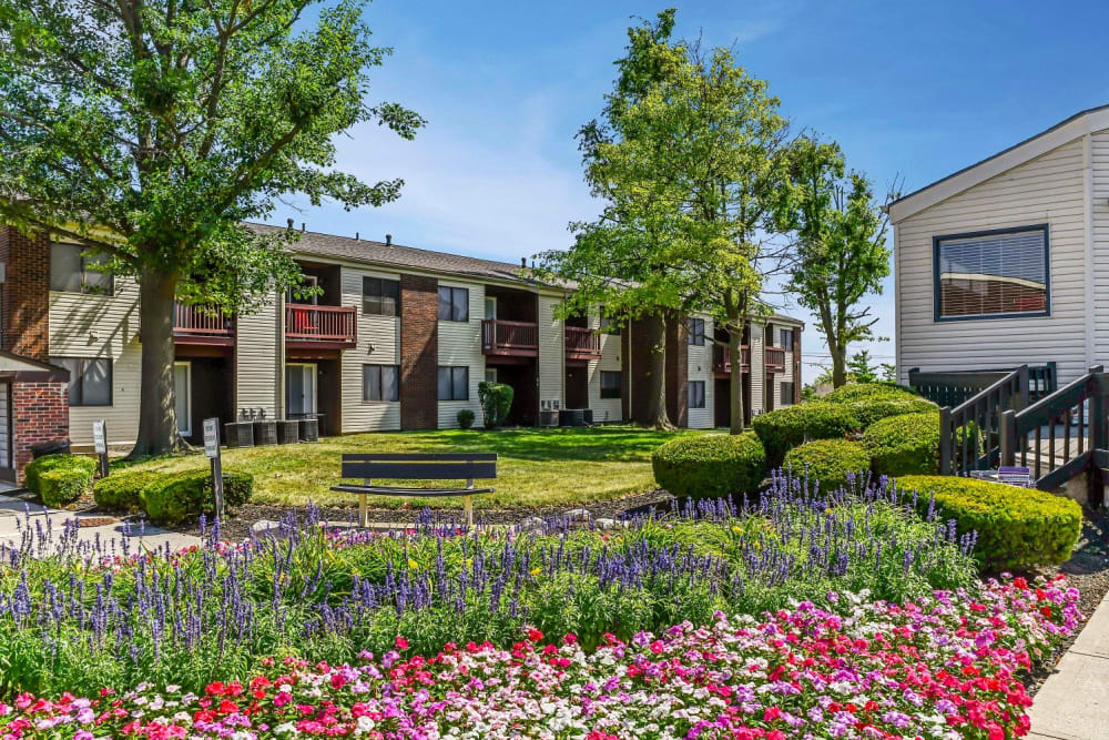 Beautifully manicured walkways with benches at Hidden Creek Apartment Homes in Columbus, Ohio
