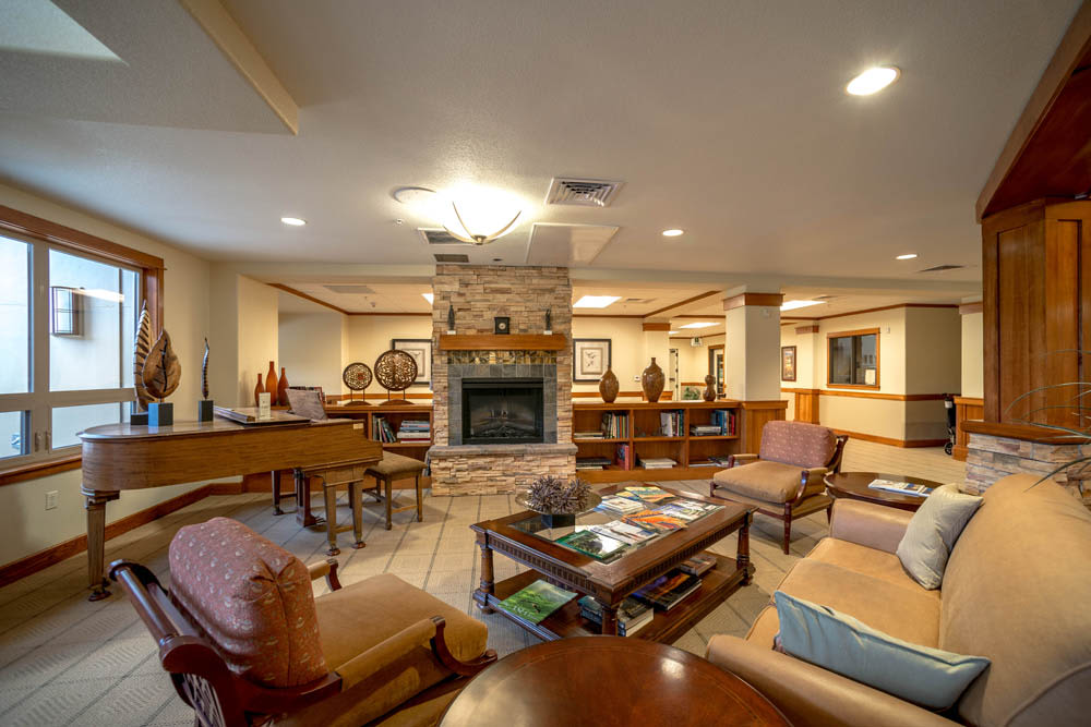 A common room with fireside seating at Touchmark at Mount Bachelor Village in Bend, Oregon