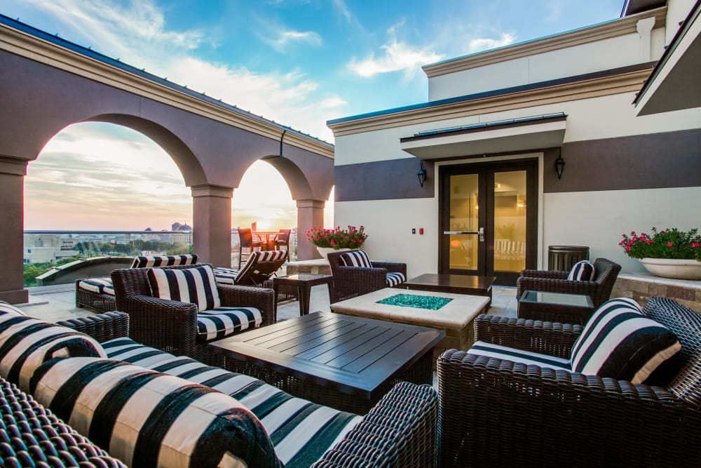 Outdoor patio area at Cantabria at Turtle Creek in Dallas, Texas