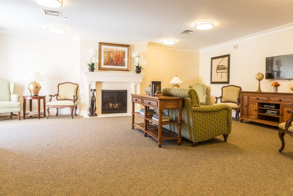 A fire place and seating area at Artis Senior Living of Chestnut Ridge in Chestnut Ridge, New York