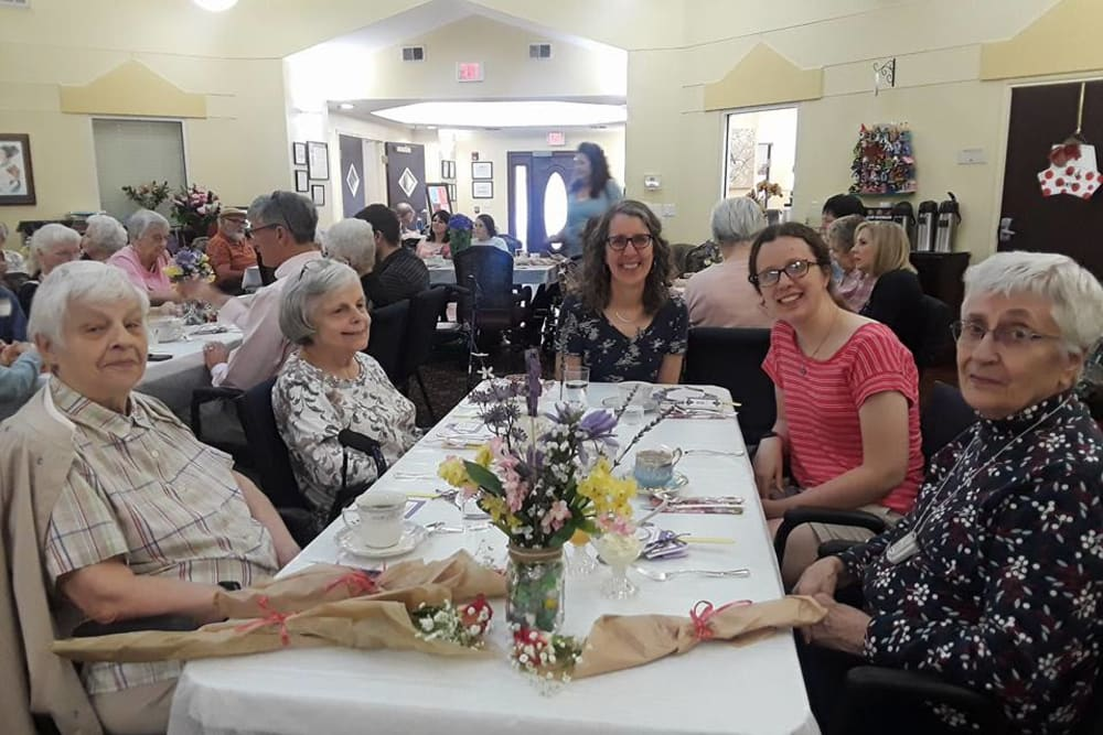 Residents gathering for a meal at Parsons House Cypress in Cypress, Texas