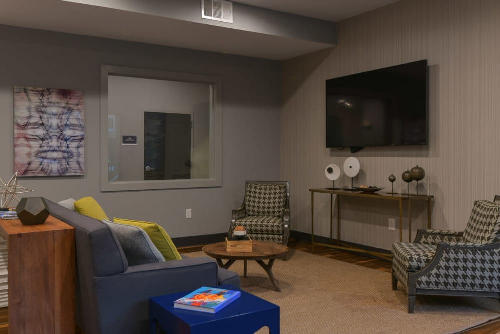 Community TV lounge at Seventeen West in Atlanta, Georgia