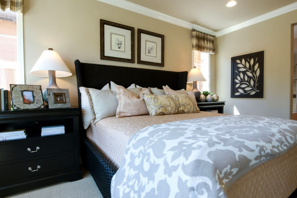 A beautifully decorated bedroom at The Courtyards of Linden Pointe in Winnipeg, Manitoba