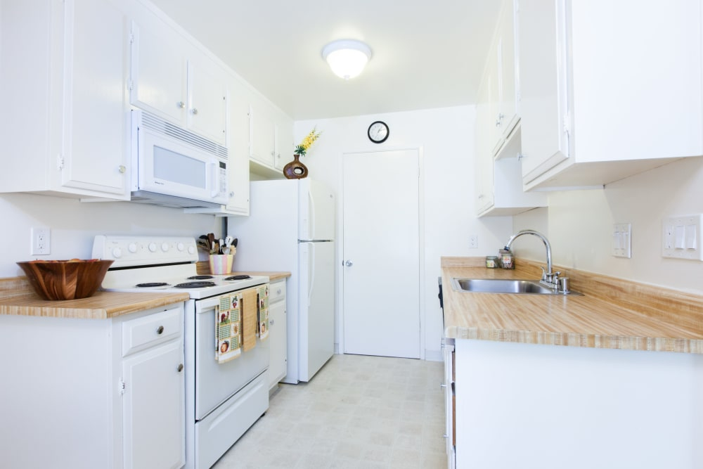 Kitchen with plenty of cabinet space at Oak Pointe Apartments in Fremont, California