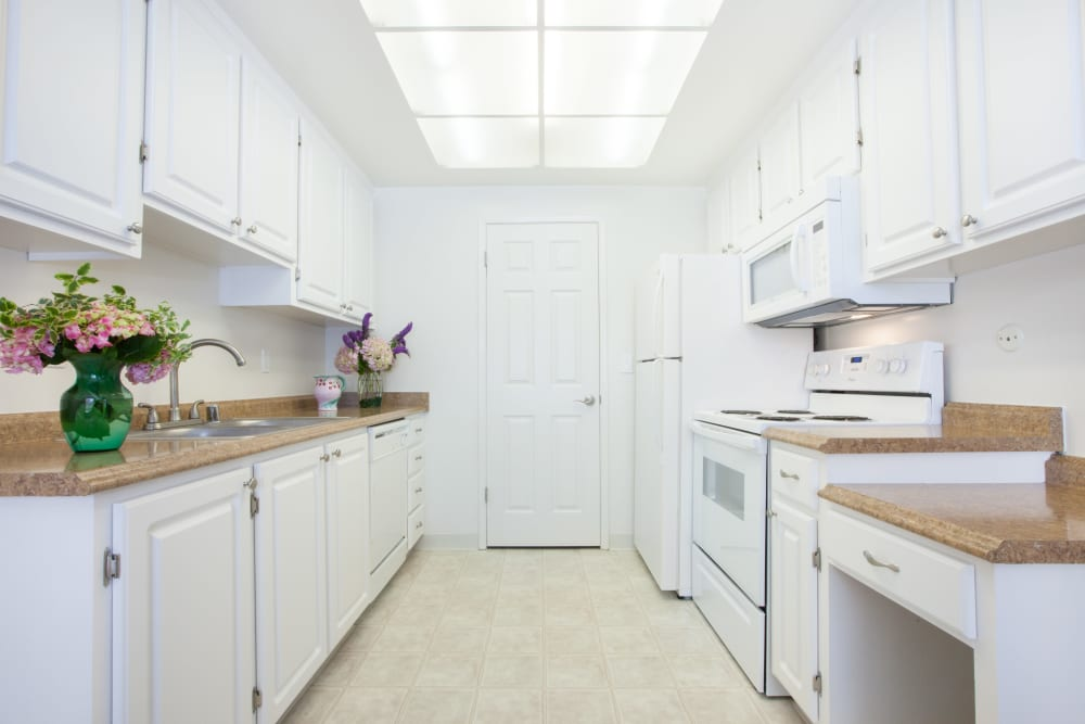 Fully equipped kitchen at Vista Pointe Apartments in Santa Clara, California