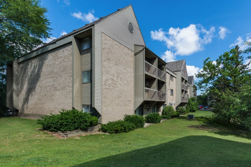 Landscaping and green grass around Kellogg Cove Apartments in Kentwood, Michigan