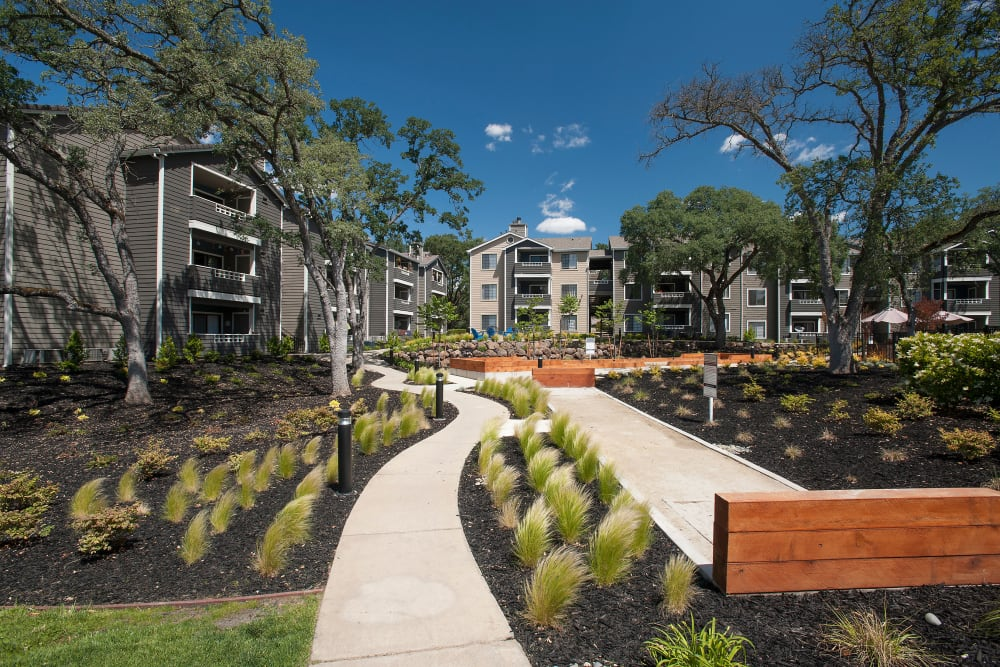 Winding walkways and well-manicured landscaping at Slate Creek Apartments in Roseville, California