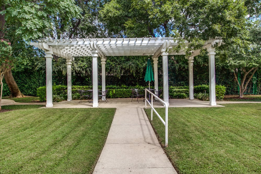 Patio for residents at Parsons House Preston Hollow in Dallas, Texas