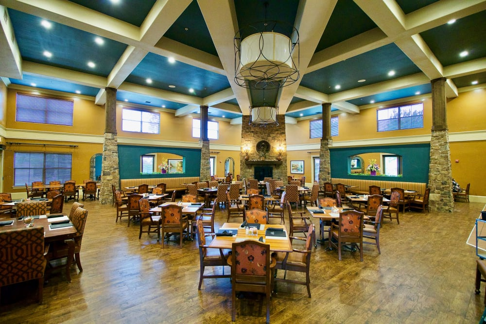 A large, decorated dining room at Watercrest at Mansfield in Mansfield, Texas