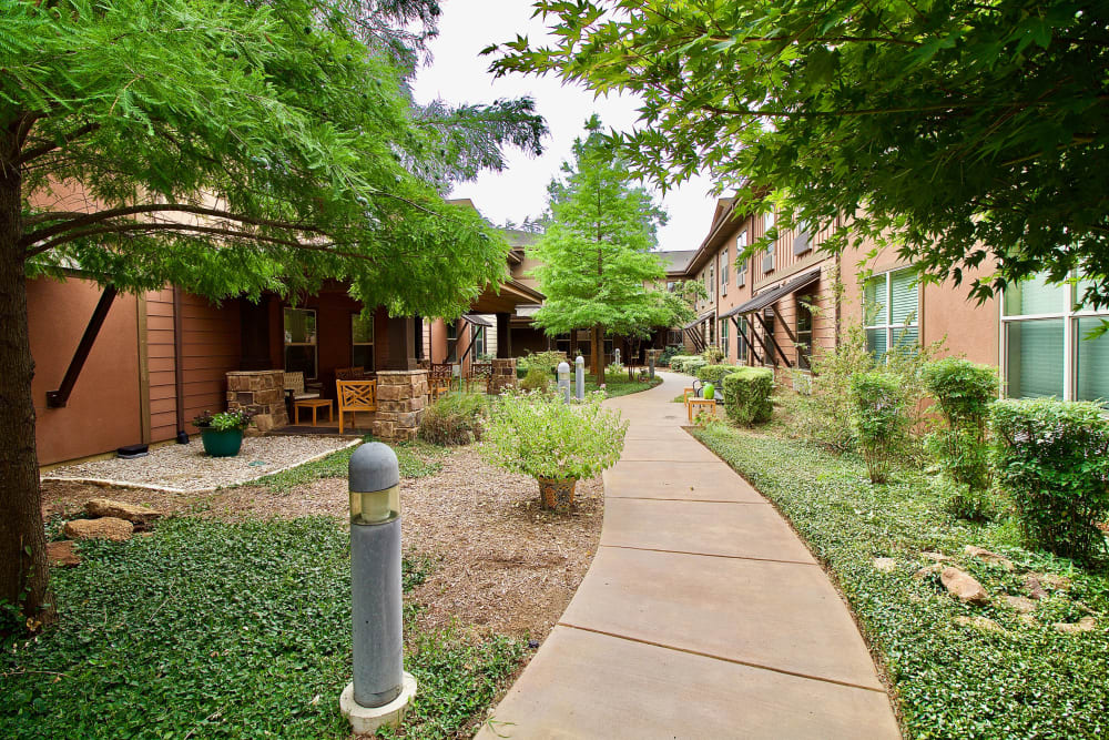 A garden with walkway at Isle at Watercrest Mansfield in Mansfield, Texas