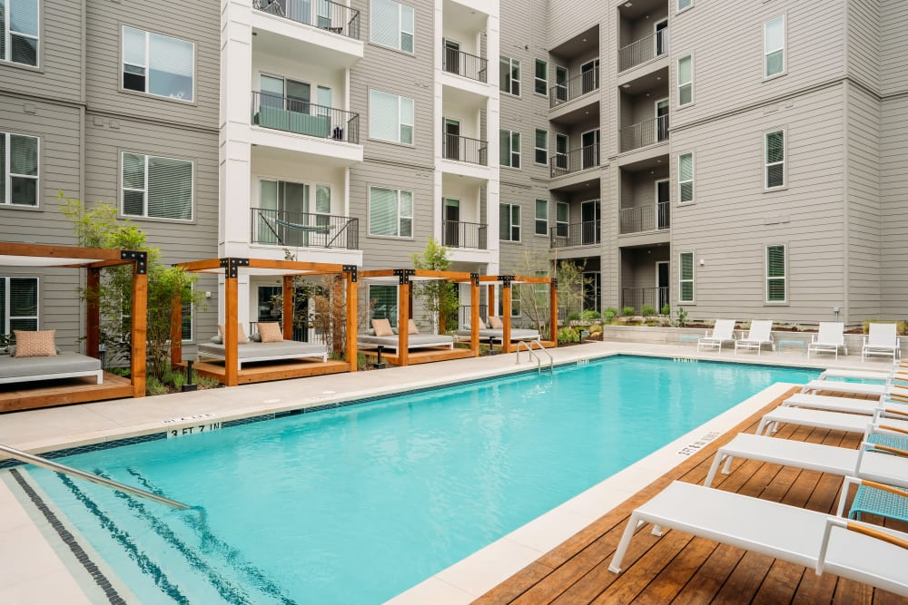The Copeland in Austin, Texas offers a swimming pool with poolside seating