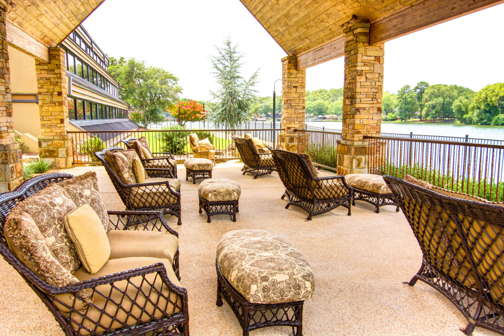 Courtyard seating area at The Atrium at Serenity Pointe in Hot Springs, Arkansas