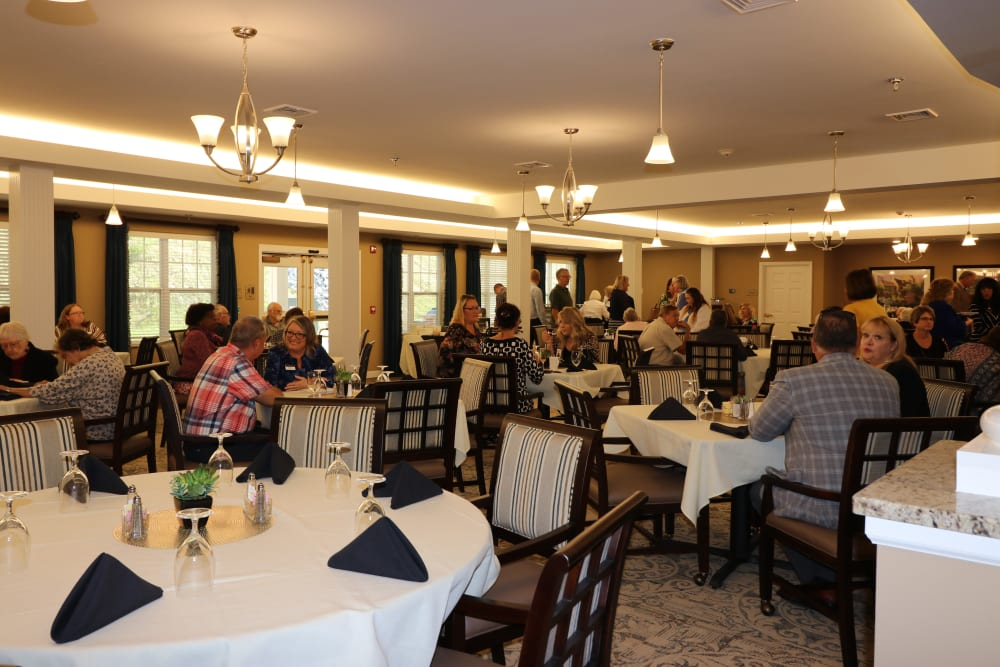 A packed dining room at The Harmony Collection at Roanoke - Assisted Living in Roanoke, Virginia