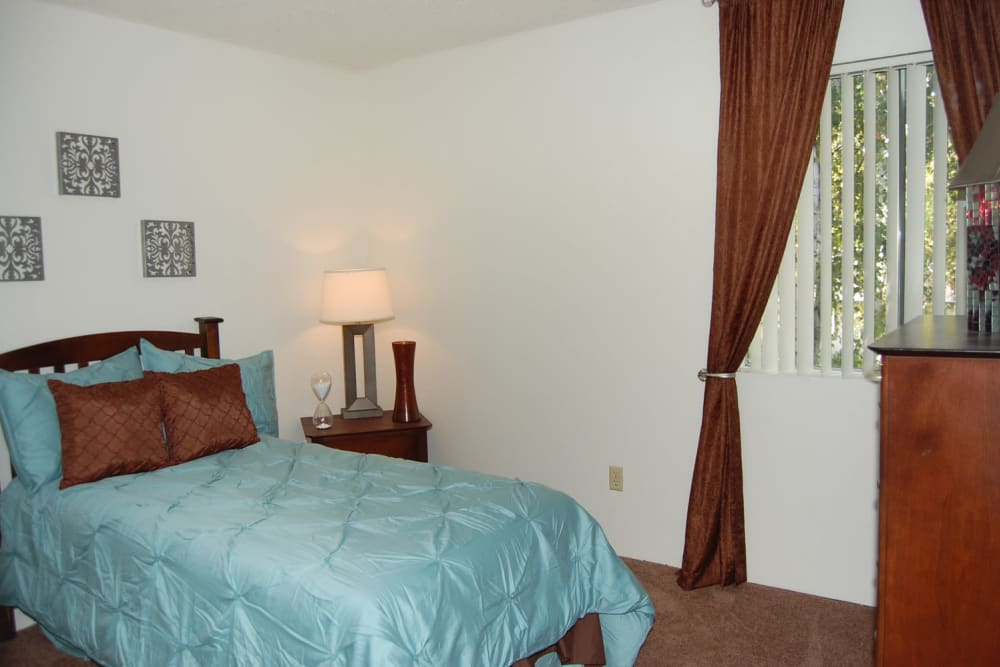 Emerald Pointe apartments in Modesto showcase a cozy bedroom