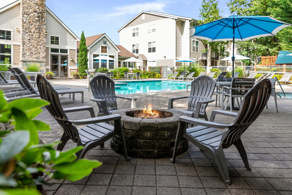 Fire Pit lounge with spa view at Wildreed Apartments