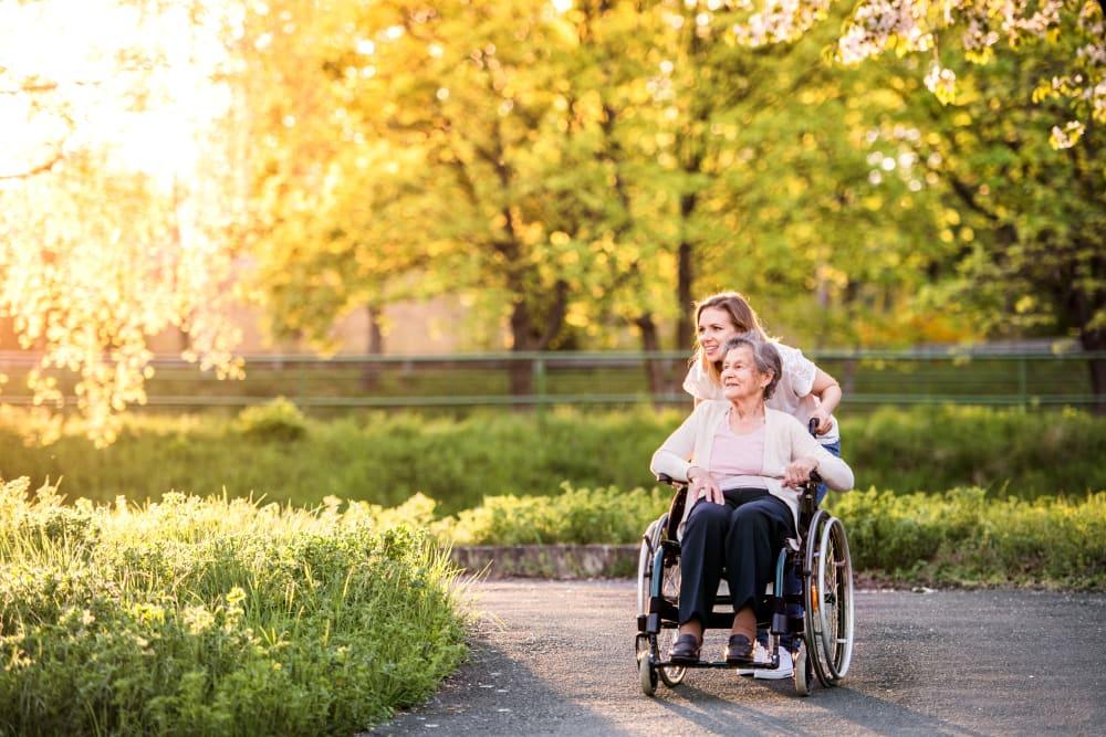 马里兰州贝塞斯达,看护者带着一位身体受损的居民在子午线老年生活周围散步188金宝搏手机登录网址金博app188金宝慱图片