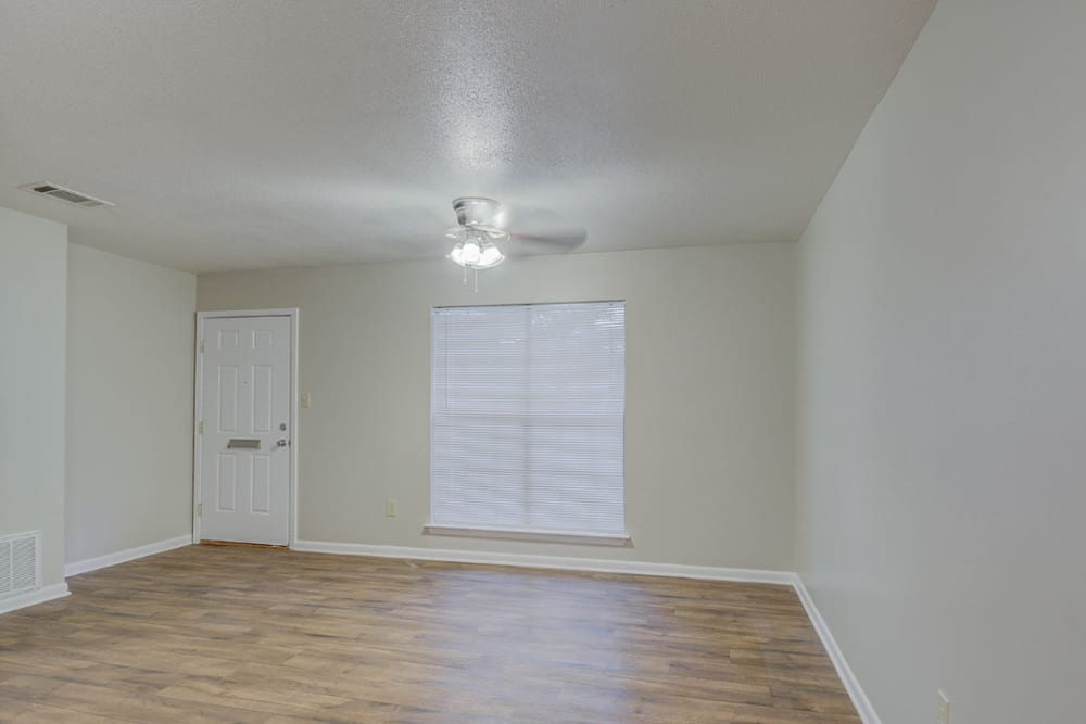 Entryway into an apartment living room at Towne Oaks in Shreveport, Louisiana