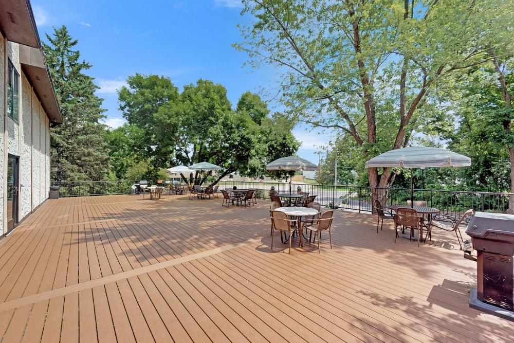 Outdoor patio area at Oaks Braemar in Edina, Minnesota