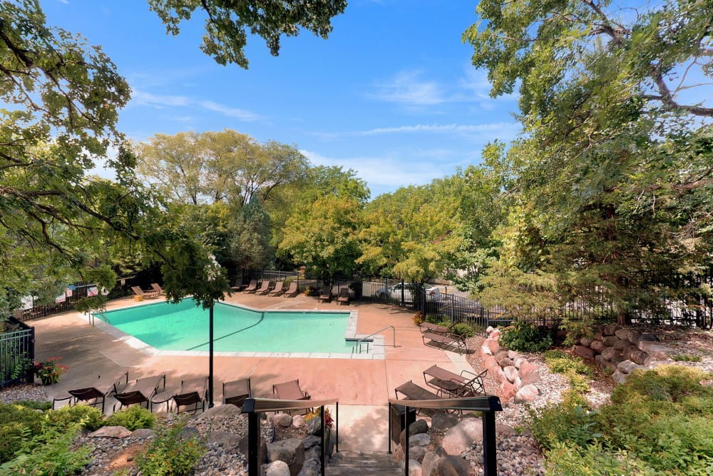 Resort-style swimming pool at Oaks Braemar in Edina, Minnesota