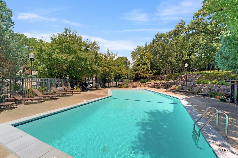 Sparkling swimming pool at Oaks Braemar in Edina, Minnesota