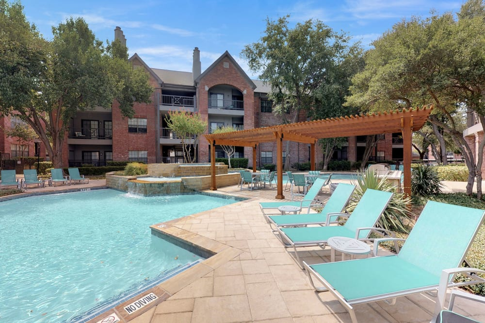 Poolside seating at Oaks Hackberry Creek in Irving, Texas