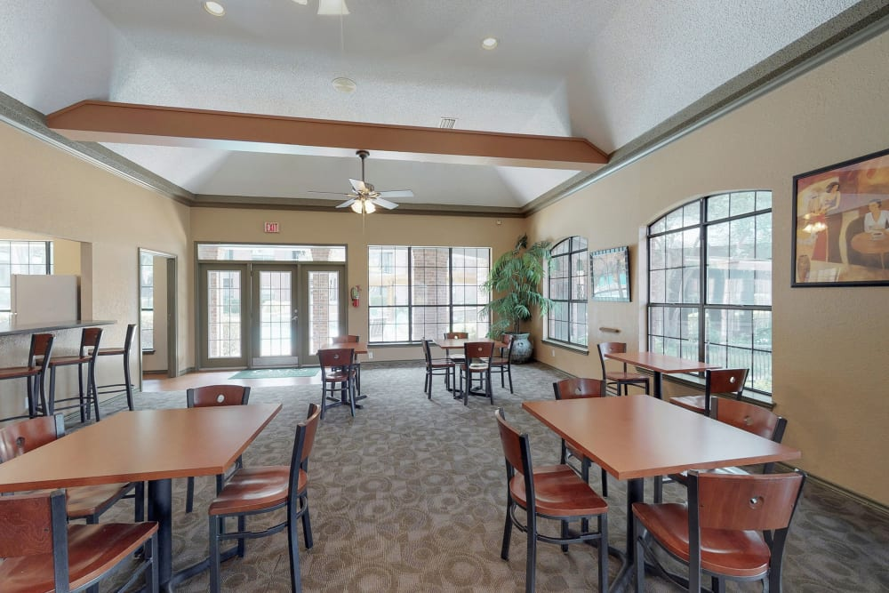 Community dining area at Oaks Hackberry Creek in Irving, Texas