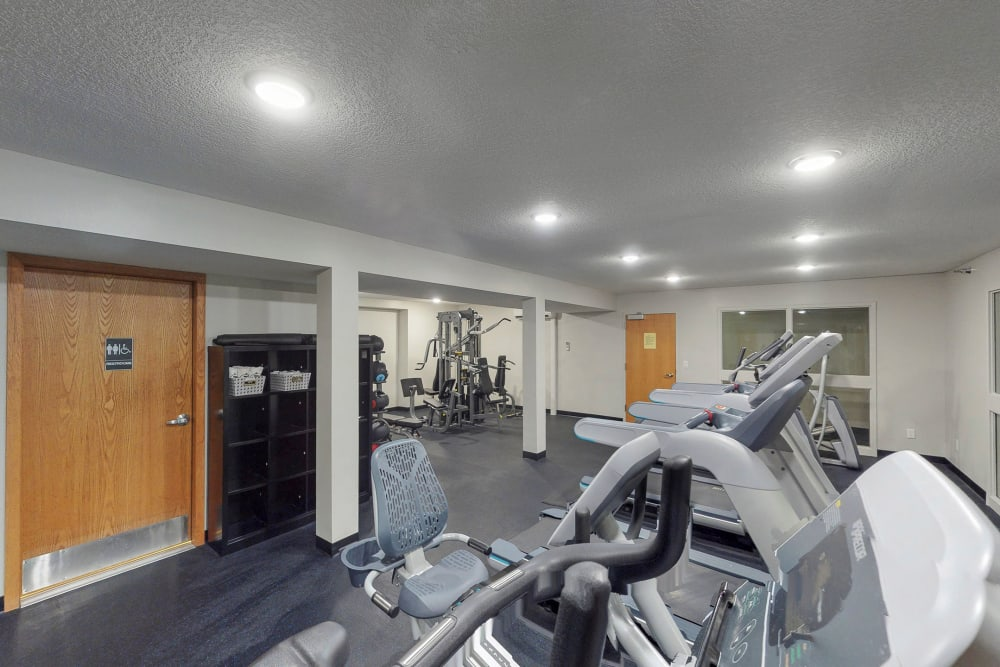 Fitness center at Oaks Lincoln Apartments & Townhomes in Edina, Minnesota