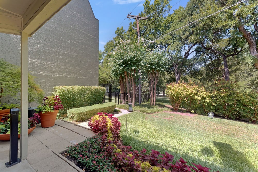 Lush landscaping at Oaks White Rock in Dallas, Texas