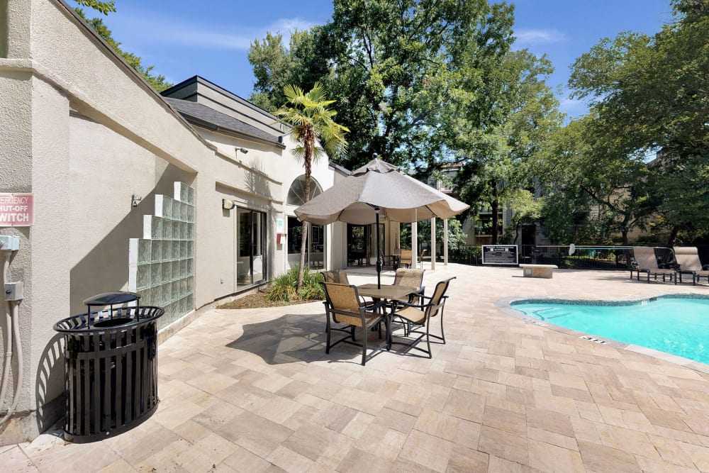 Outdoor patio seating by Oaks White Rock's swimming pool in Dallas, Texas