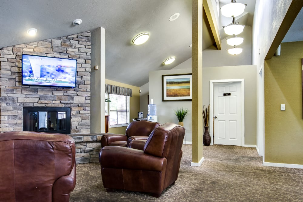 Comfortably decorated resident clubhouse lounge at Santana Ridge in Denver, Colorado