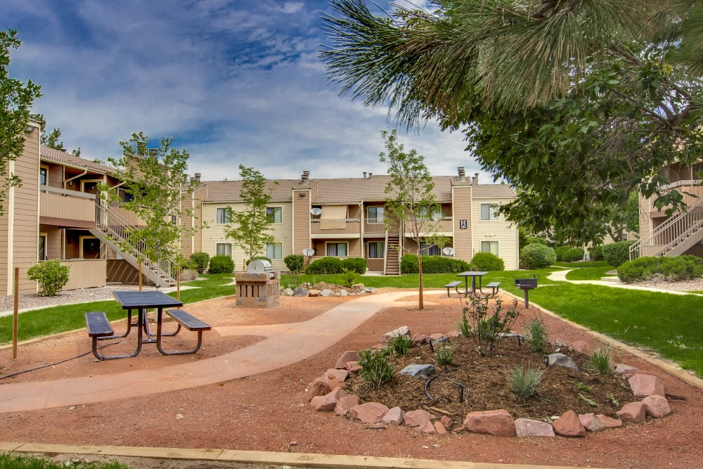 Picnic area with well-manicured landscaping at Santana Ridge in Denver, Colorado