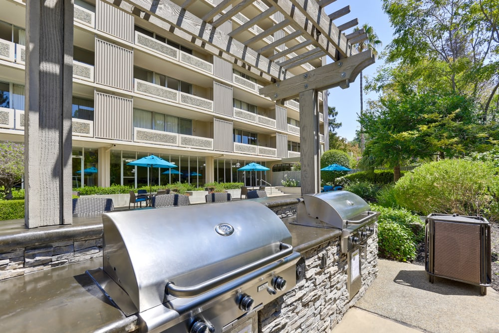 An outdoor grilling area at The Marc, Palo Alto in Palo Alto, California